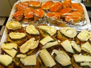canapés pesto con queso de cabra y salmón con queso cremoso