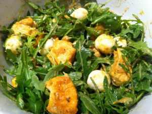 ensalada tibia de rúcula y pollo