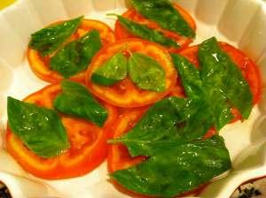 tomate cubierto de albahaca