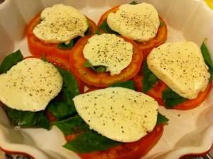 tomate cubierto de queso mozarella