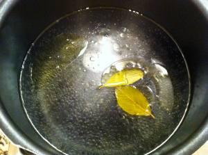 agua hirviendo con laurel