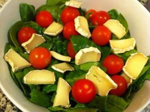 espinacas, tomates cherry y queso de cabra