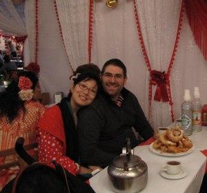 Carlos y Yuan con buñuelos con chocolate
