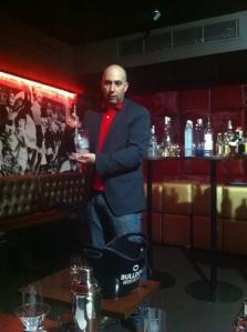 George preparando dry martini