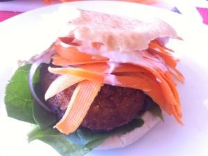 hamburguesa con pita, espinacas, zanahoria y yogur