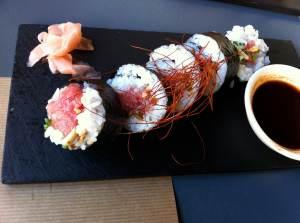 Roll de atún toro con piñones, cebolla crujiente y sésamo