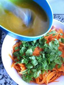 aliñando la ensalada
