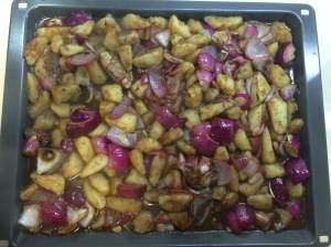 bandeja de patatas y cebollas