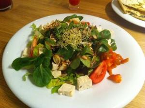 Ensalada con queso de tofu, chucrut y aliño mostaza y frutos secos