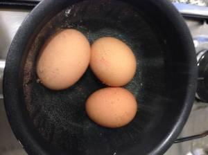 huevos cociendoses