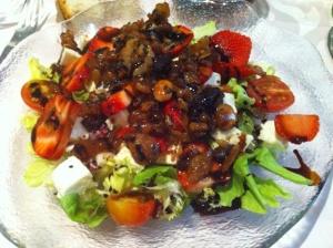 ensalada con queso de cabra, fresas y frutos secos