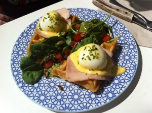 huevos benedict sobre gofre