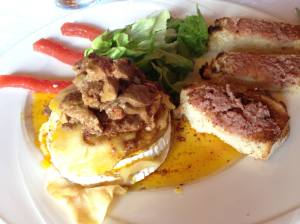 milhoja de queso de cabra y manzana con foie casero