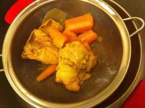 apartando pollo y verduras