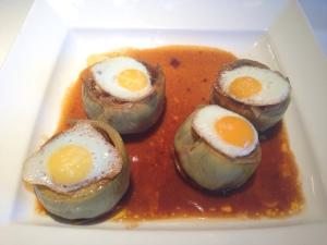 alcachofas rellenas de marisco y huevos codorniz