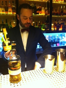 barman preparando segundo coctel