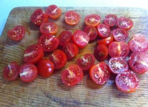 tomates cherry por la mitad