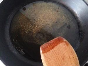 aceite caliente asofetida y macis